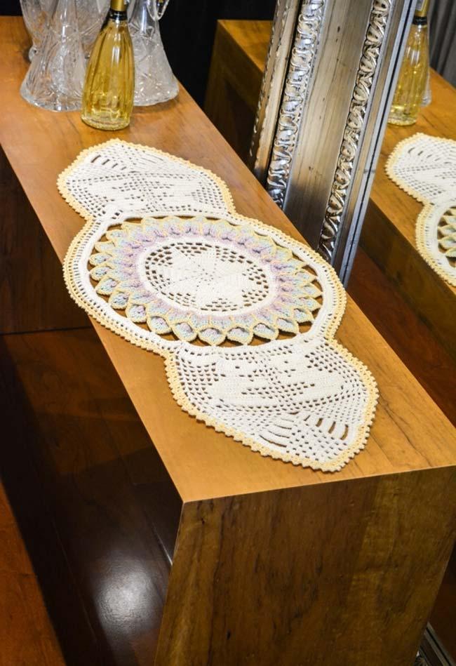 Caminho de mesa de crochê com mandala no centro