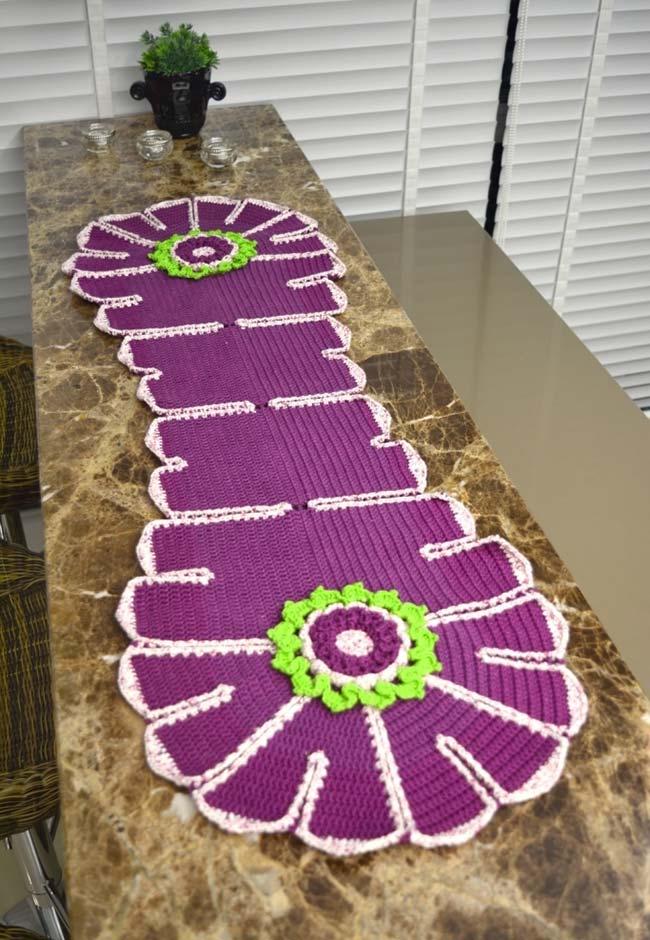 Ouse nas cores ao fazer um caminho de mesa de crochê