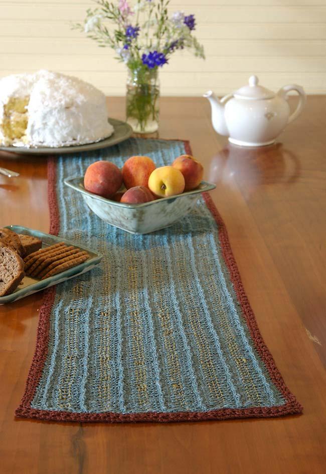 Caminho de mesa de crochê com linha fina