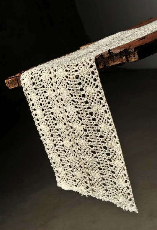 Caminho de mesa de crochê feito com uma linha