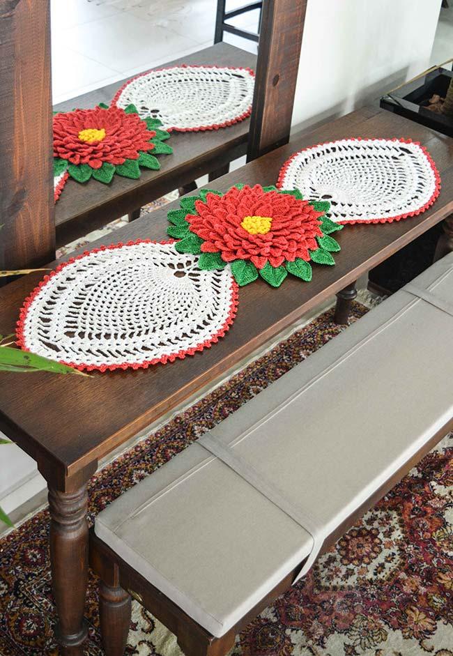 Caminho de mesa de crochê com uma flor espetacular