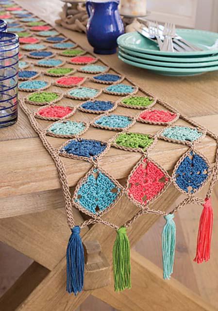 Quadradinhos de crochê no caminho de mesa