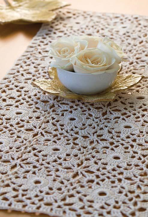 Caminho de mesa com desenho de flores em crochê