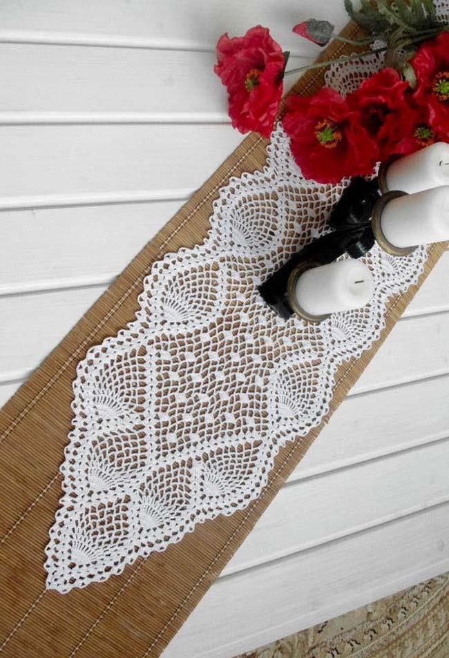 Caminho de mesa de crochê rendado em barbante branco