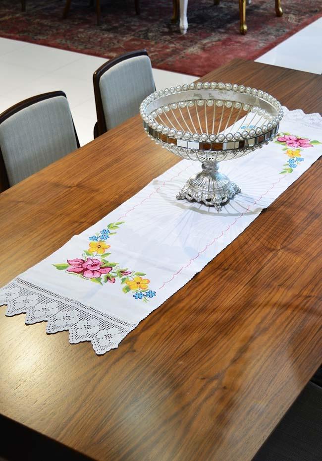 Caminho de mesa em tecido com barra de crochê