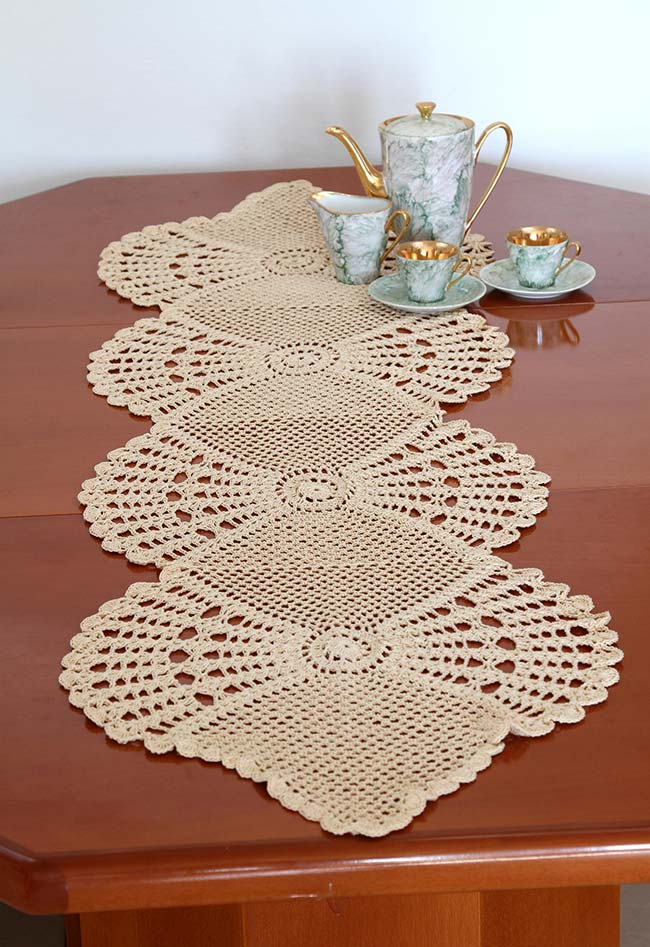 Caminho de mesa de crochê num padrão de leque aberto