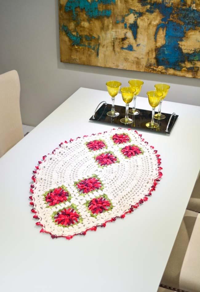 Caminho de mesa de crochê oval com aplicação de flores
