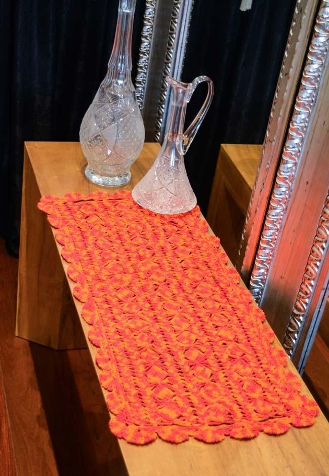 Caminho de mesa de crochê simples com linha mesclada coral e laranja