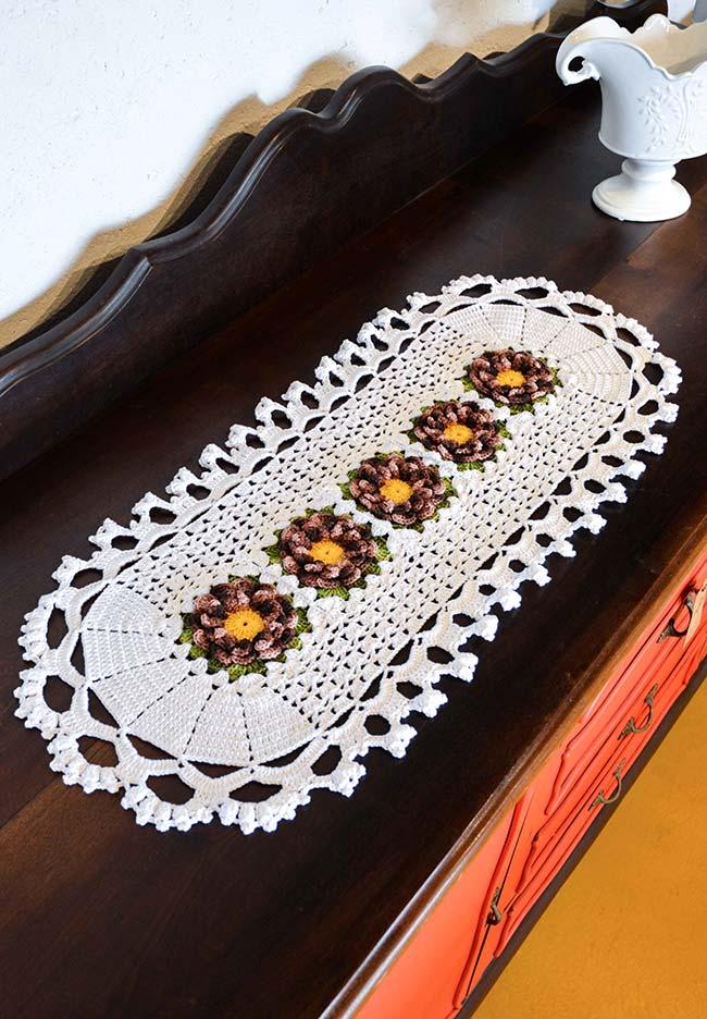 Caminho de mesa em crochê com flores numa linha central