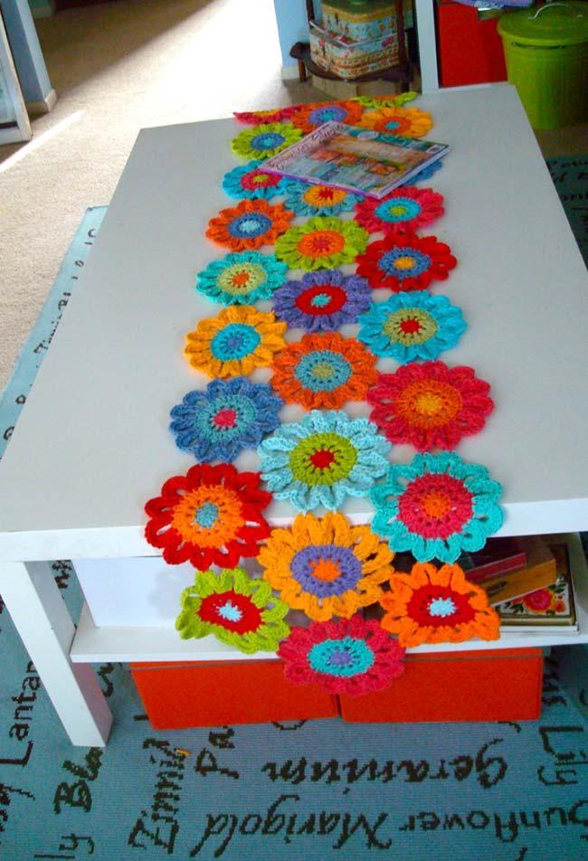Caminho de mesa de barbante com flores super coloridas
