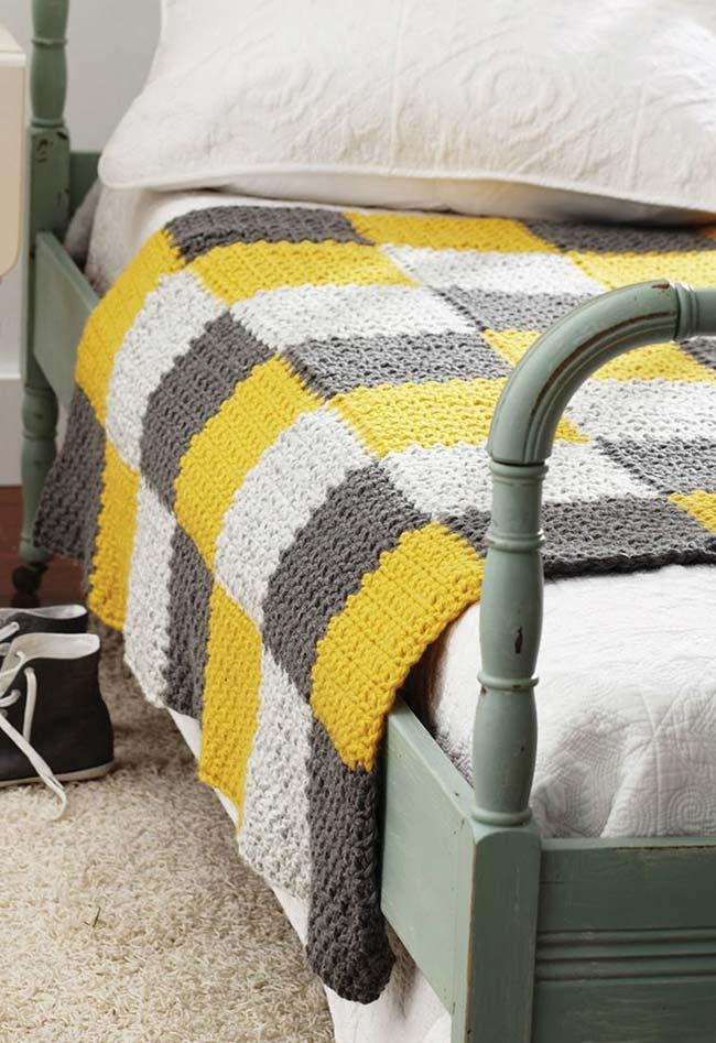 Colcha de crochê com quadrados amarelo e cinza