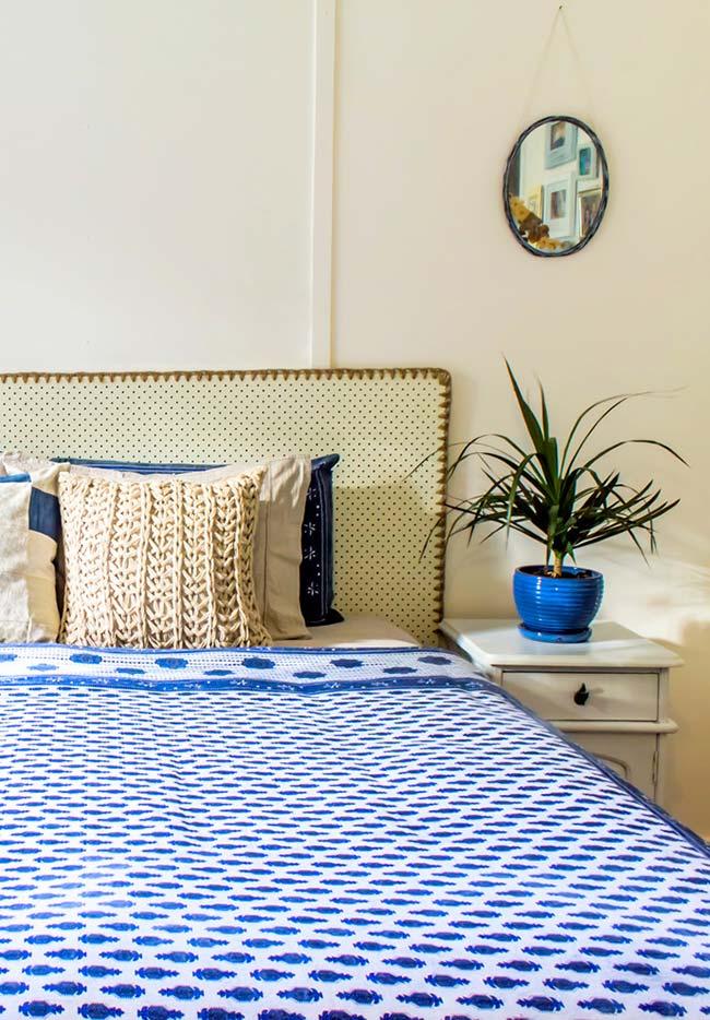 Colcha de crochê padronada em branco e azul