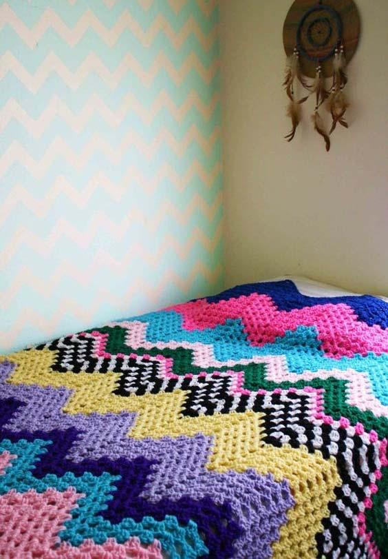 Colcha de crochê com ponto zigue-zague multicolorido