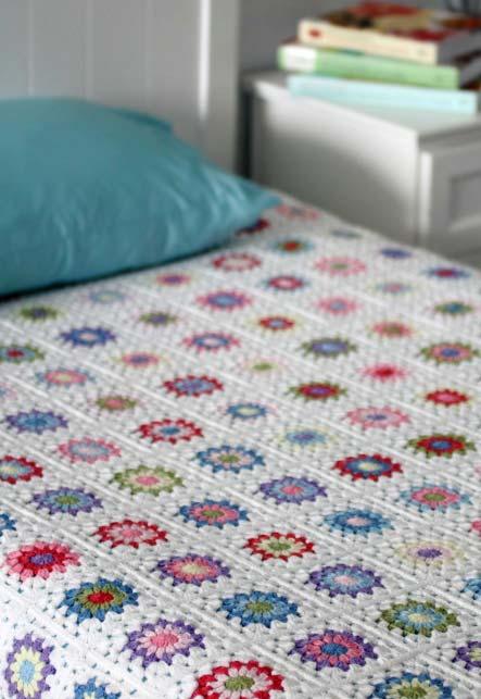 Colcha de crochê com florzinhas coloridas