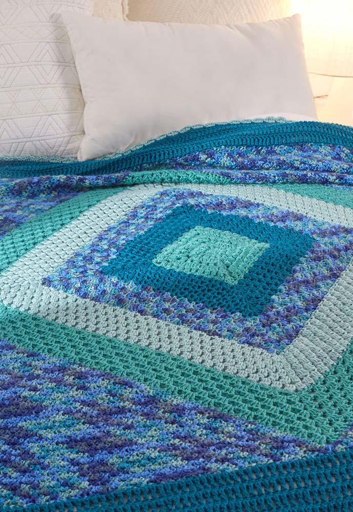 Mistura de padrões e tons na colcha de crochê