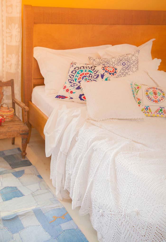 Colcha de crochê com travesseiros bordados