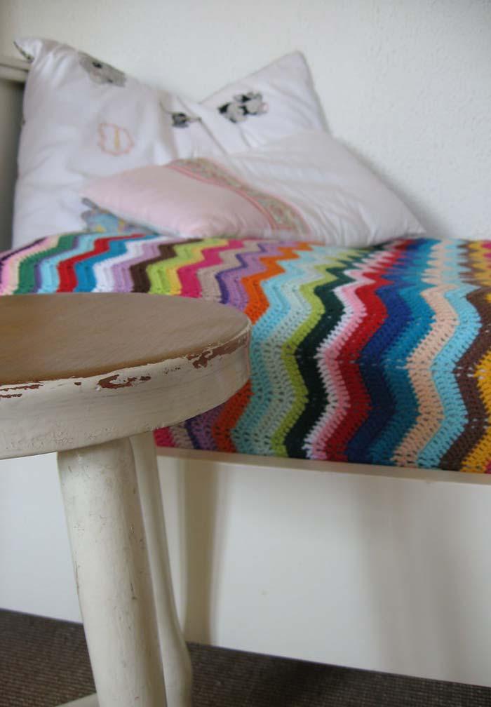 Colcha de crochê de solteiro em zigue-zague multicolorida