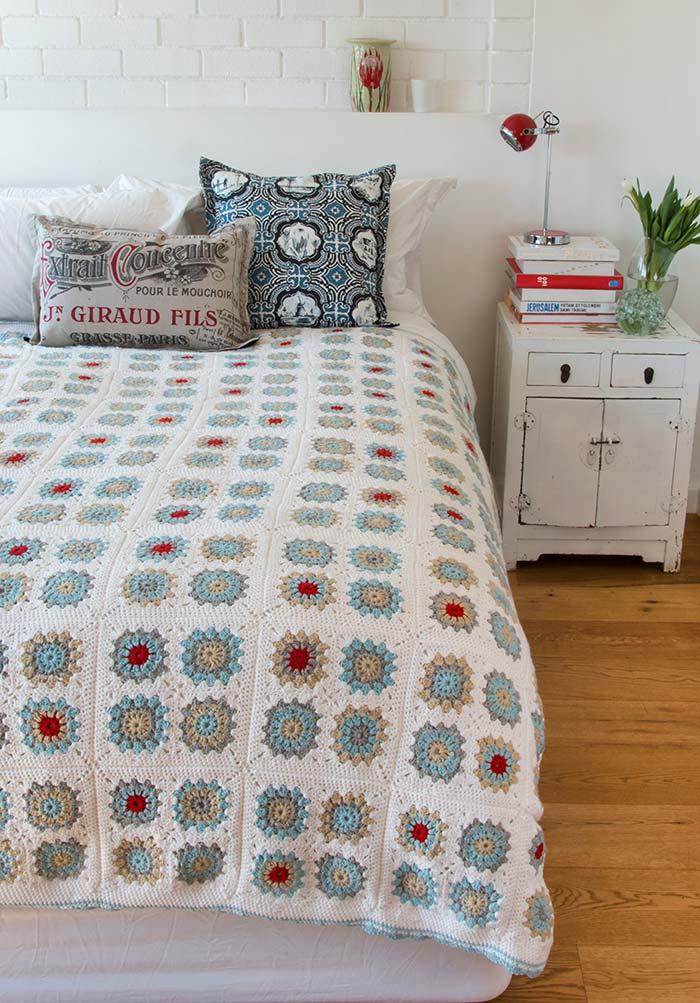 Colcha de crochê florida em branco, azul e vermelho