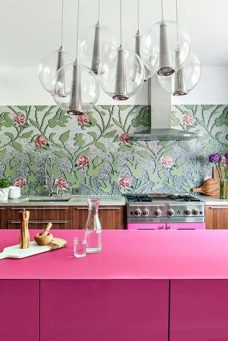 balcão rosa pink combinando com o papel de parede florido