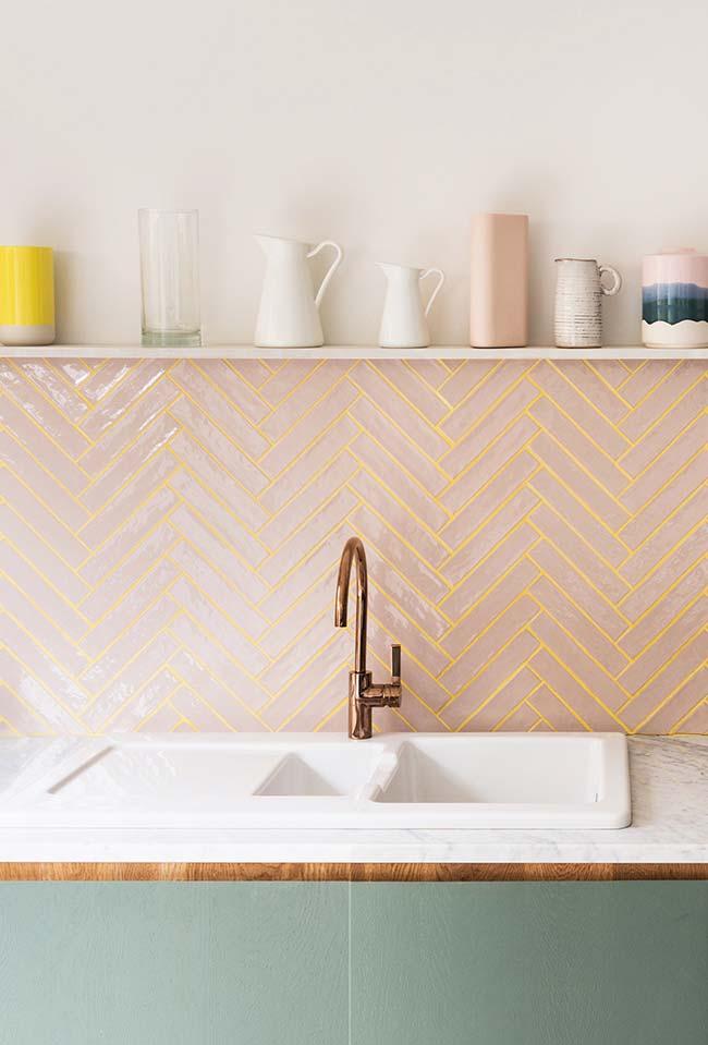 Detalhe do revestimento da parede em rosa e dourado
