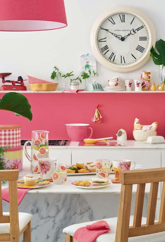 Tudo rosa: cozinha cor de rosa num clima de veraneio