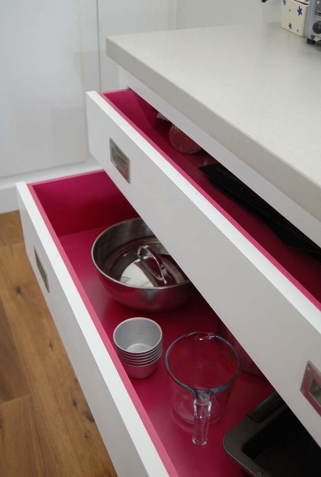 Rosa escondido: cozinha planejada branca