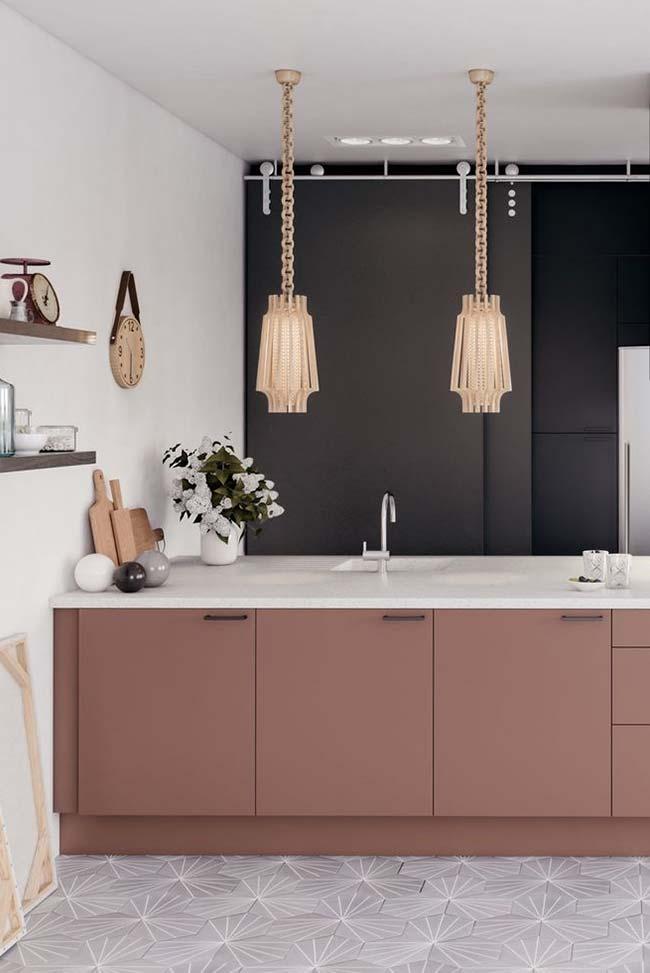 cozinha decorada rosa com elementos em madeira
