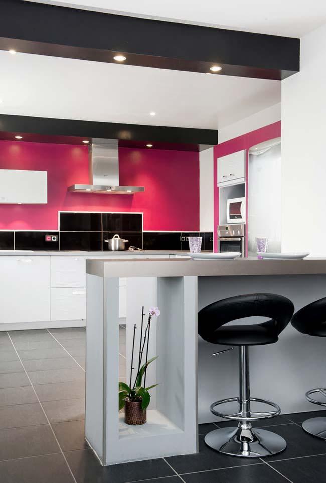 Pink para sair do básico preto e branco da cozinha