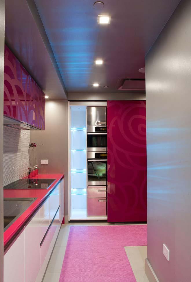 Rosa vibrante numa cozinha tecnológica