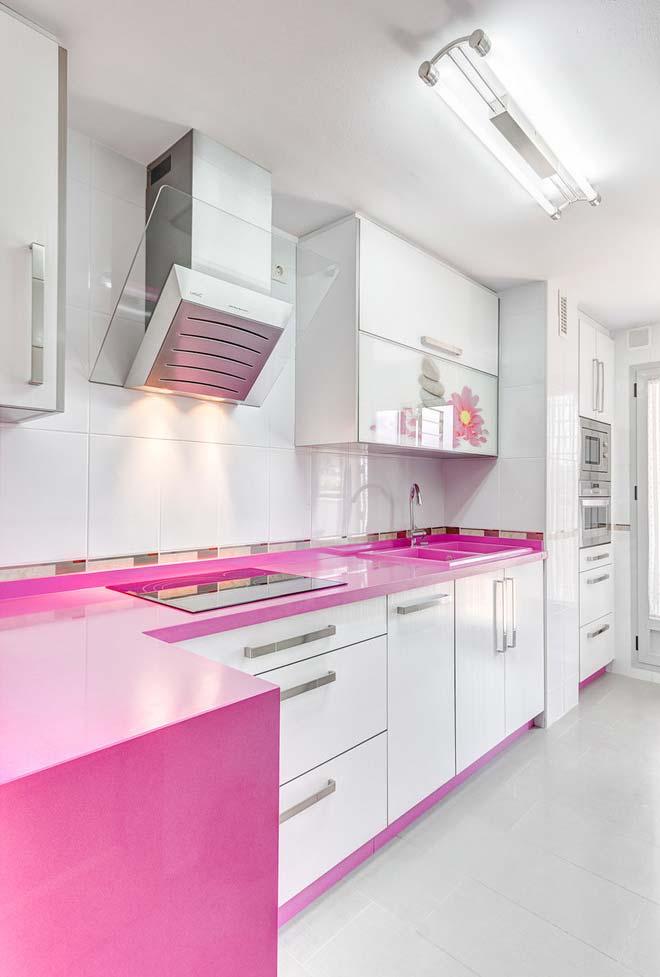 Cozinha branca simples com pedra artificial