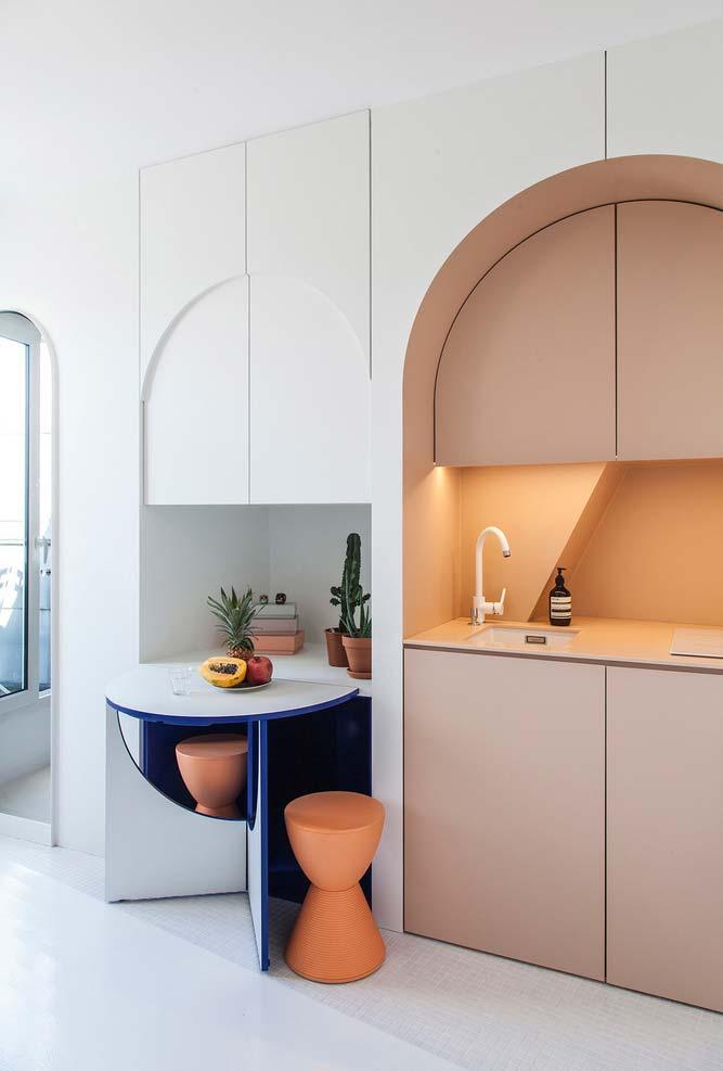 Cozinha criativa para quem tem pouco espaço tons claros de rosa e azul