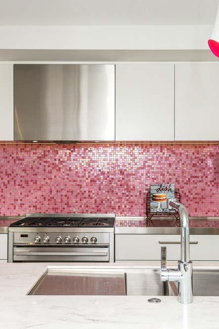 Pastilhas de vidro rosa para um destaque ainda maior para a parede