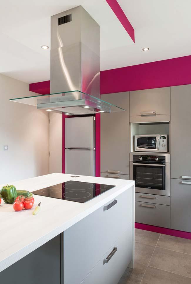 Fundo pink para uma cozinha ampla em tons claros
