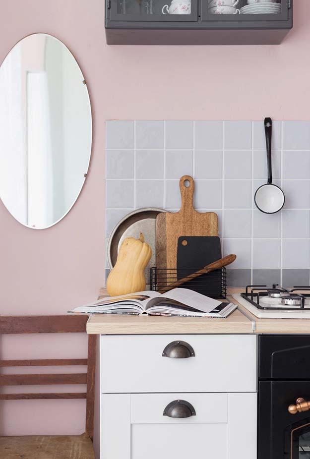 Tons pastéis e madeira escura para uma cozinha num estilo rústico