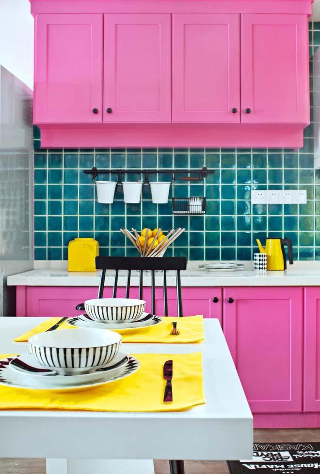 Cozinha rosa e colorida