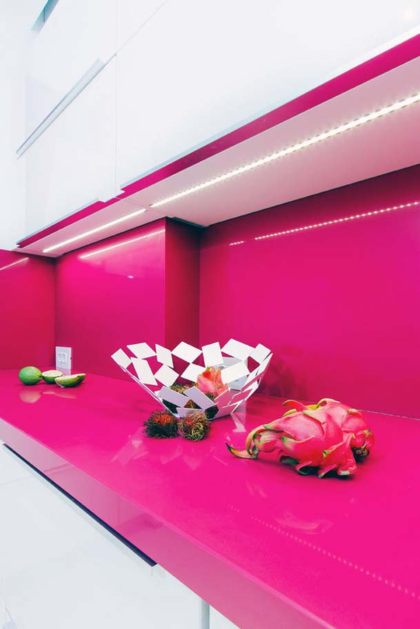 Cozinha rosa: pedra artificial em rosa pink para outra bancada de destaque