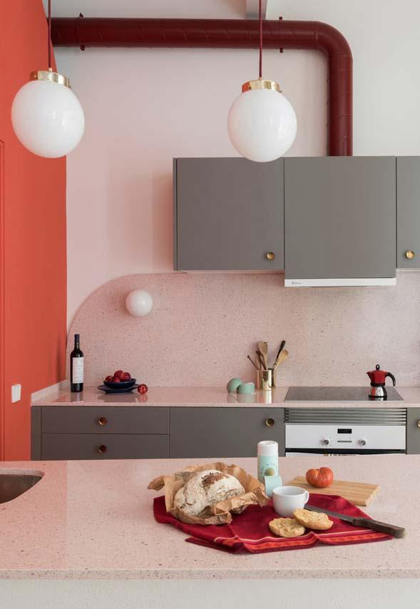 Cozinha rosa: chame outros tons de rosa para dialogar com o cinza e criar um ambiente incrível!