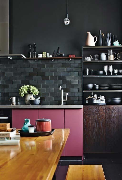 Outro ambiente de cozinha rosa escura, dessa vez com o destaque para o rosa vibrante