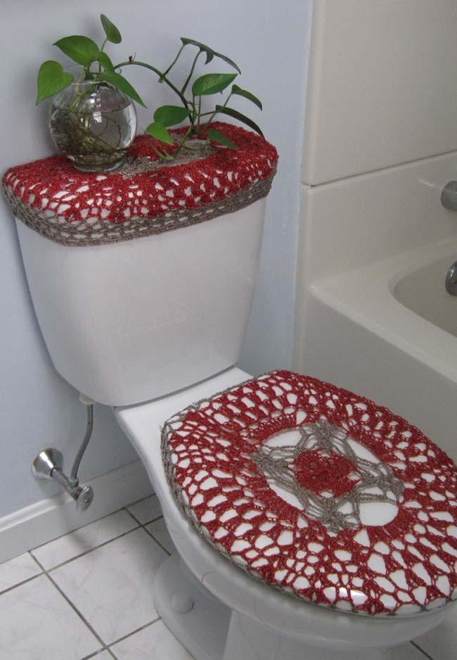 Jogo de banheiro de crochê com cores marcantes