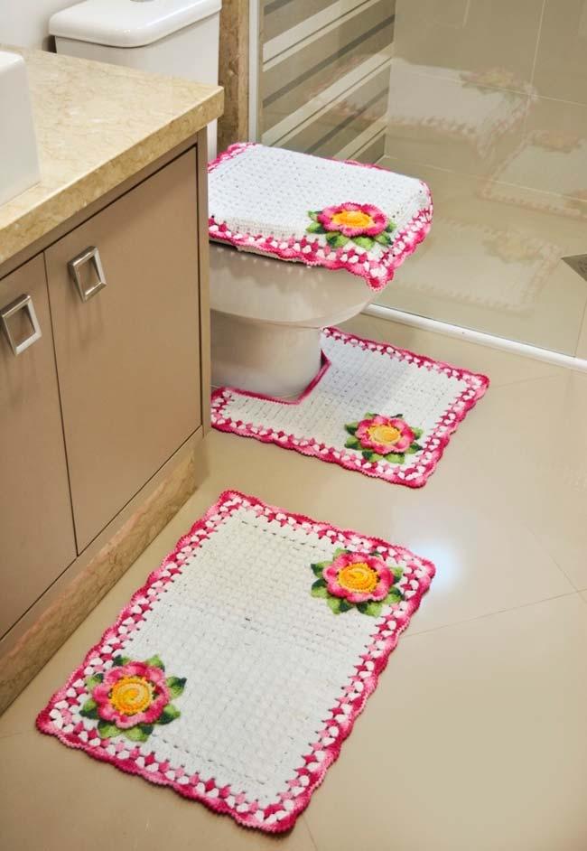 Jogo de banheiro de crochê em peças claras com flores