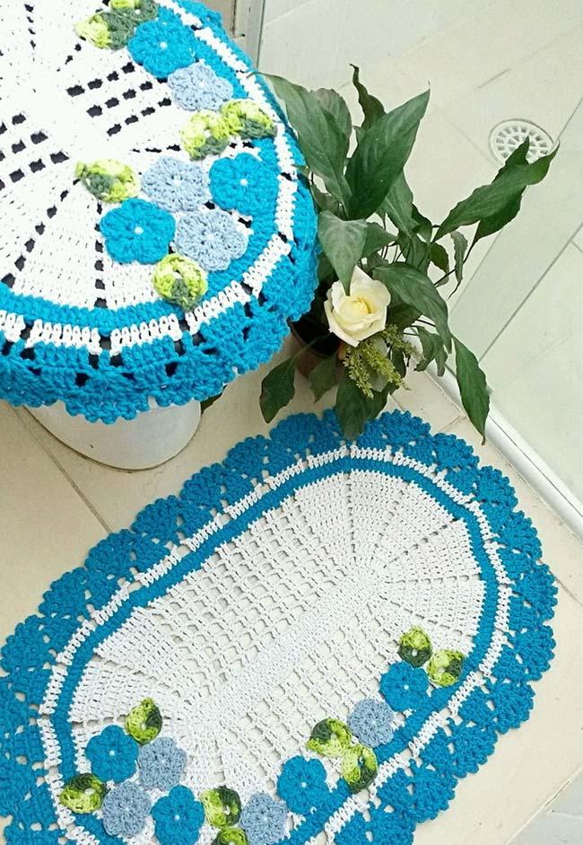 Azul e verde nesse jogo de banheiro de crochê em duas peças