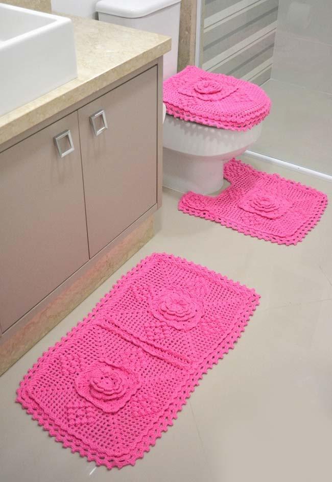 Jogo de banheiro com 3 peças na cor rosa para um banheiro neutro
