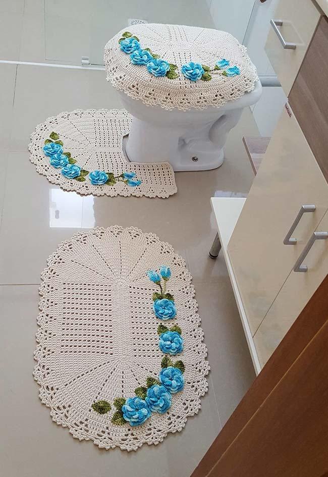 Jogo de banheiro de crochê simples com aplicação de flores