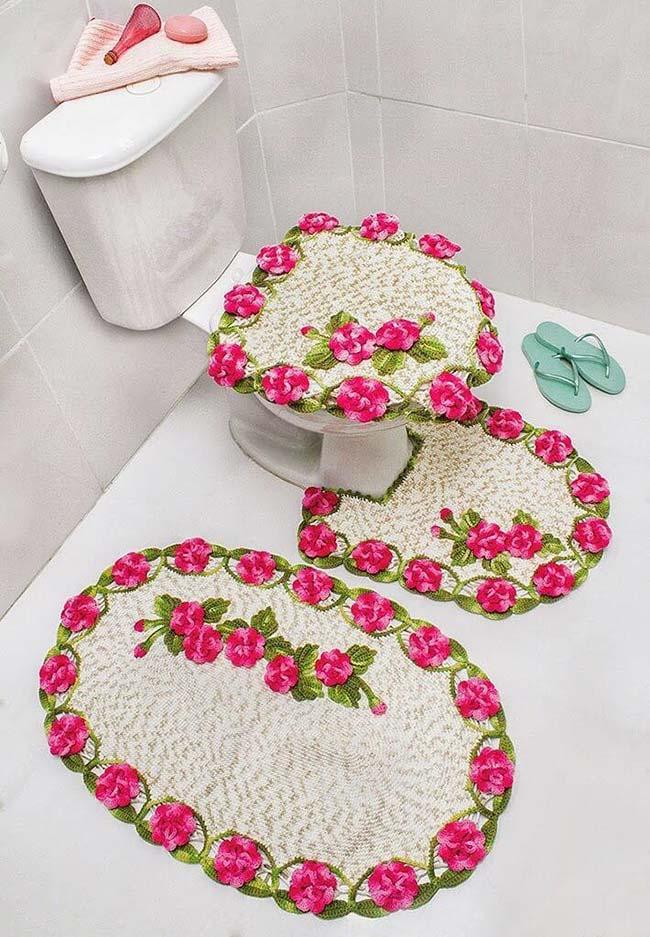 Muitas flores para trazer mais cor e frescor neste jogo de banheiro de crochê