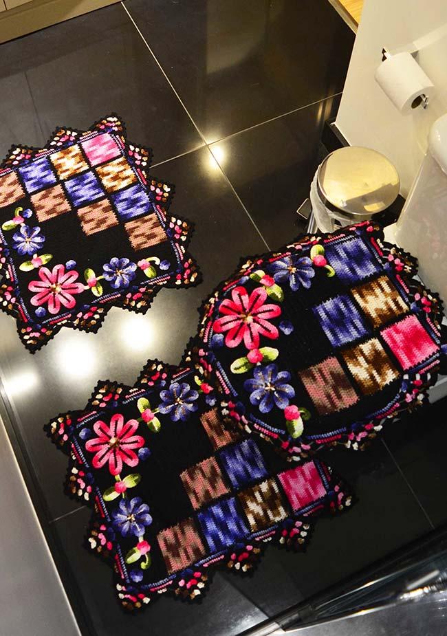 Aposte também nas cores vibrantes para decorar o seu banheiro escuro