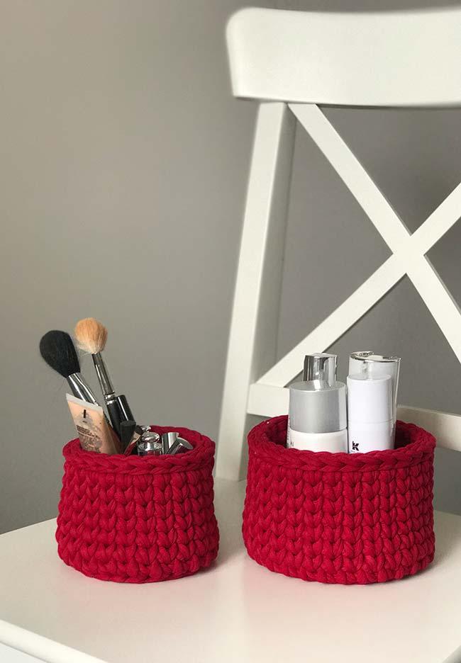Potinhos para as suas maquiagens também no jogo de banheiro de crochê