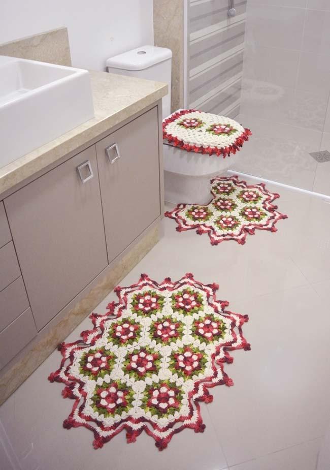 Jogo com três peças em branco, verde e vermelho com flores