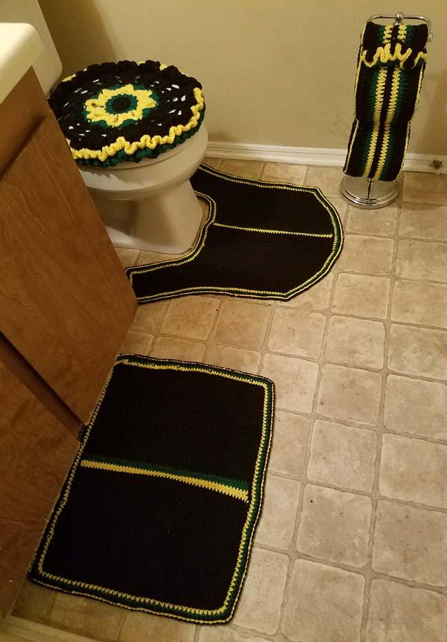 Preto, verde e amarelo neste jogo de banheiro em crochê