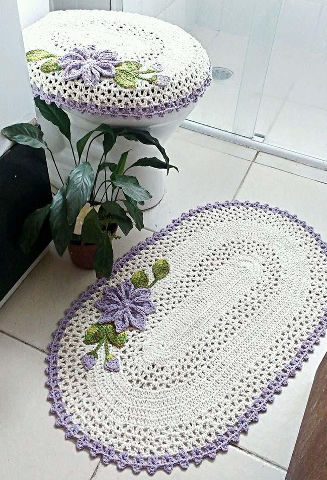 Uma flor super delicada como protagonista deste conjunto de crochê super delicado