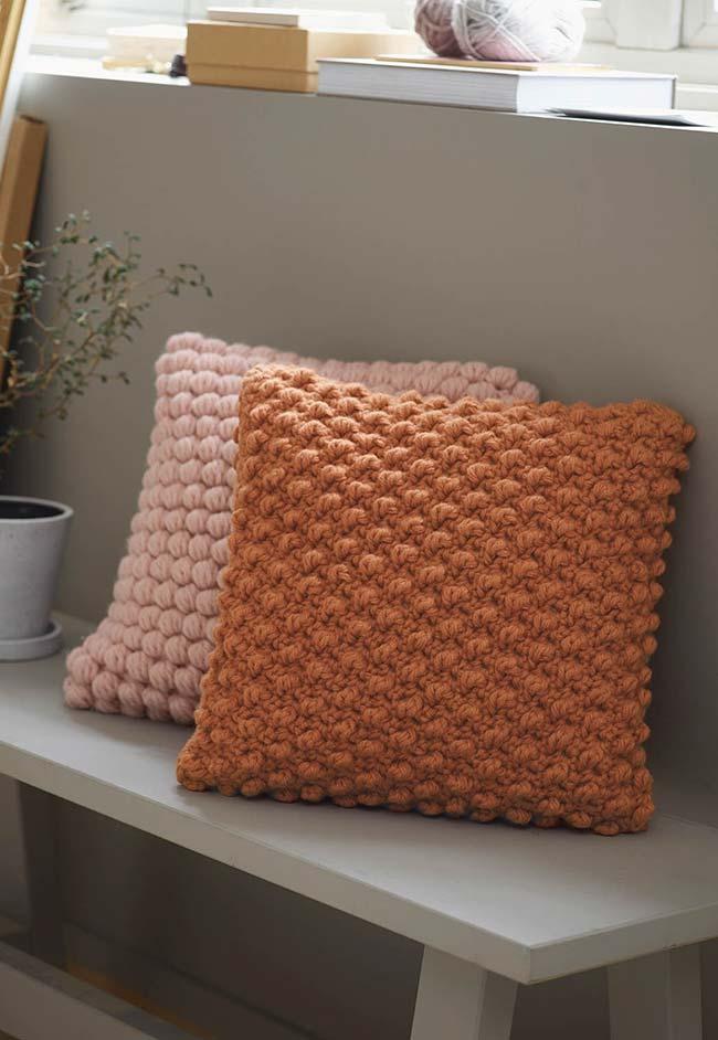 almofada de crochê colorida com ponto pipoca dá um toque a mais para a sua sala